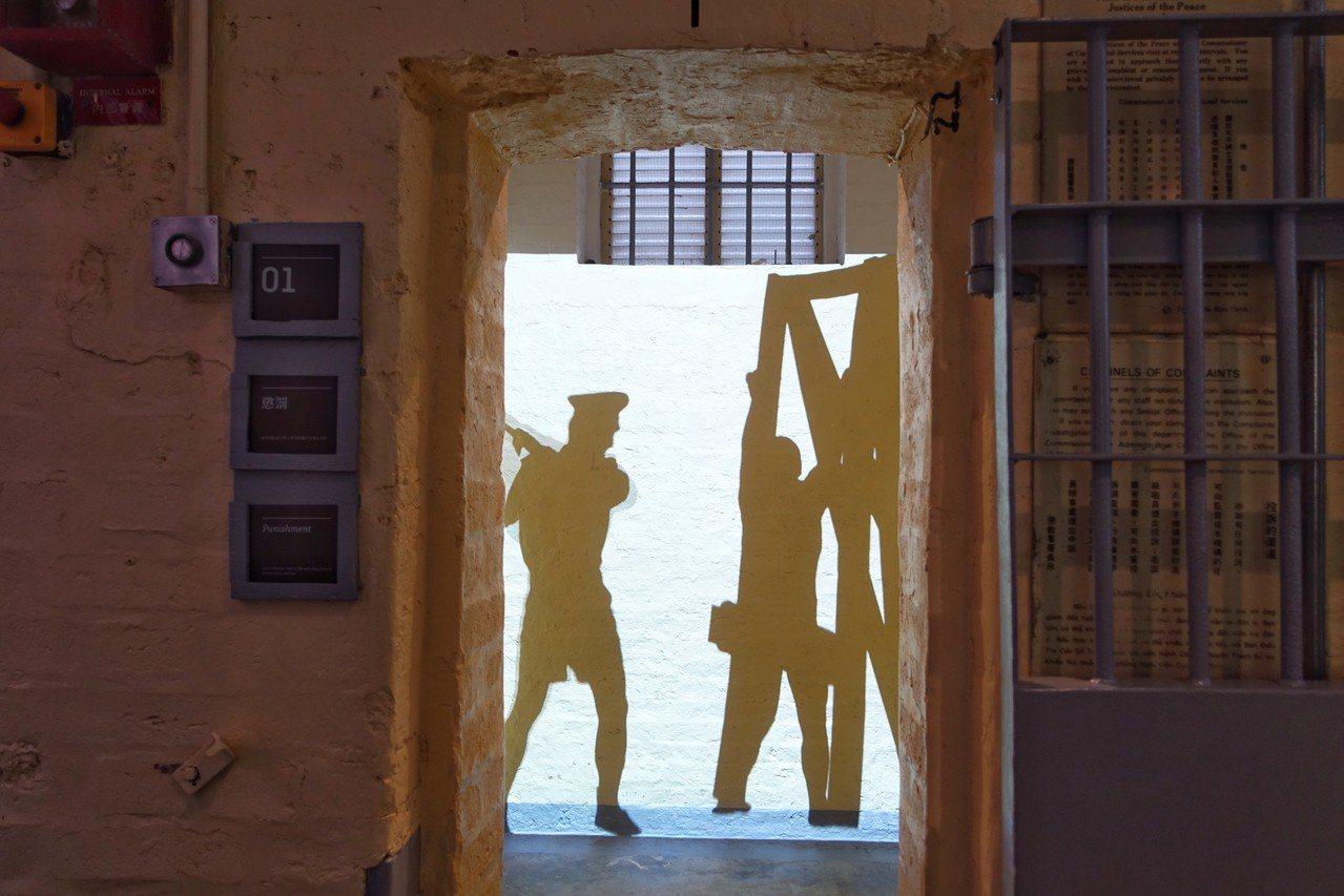 域多利監獄B倉以光影重現當時1910年代獄中景象。 記者沈佩臻/攝影