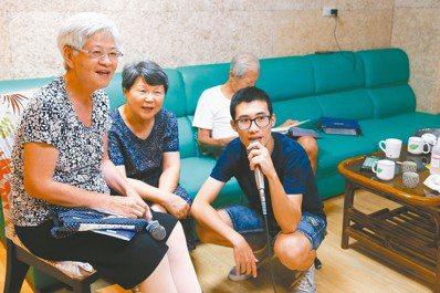 台北市陽明老人公寓的學生租客王斯特(右)與爺爺奶奶們一起歡唱KTV。 記者王騰毅...