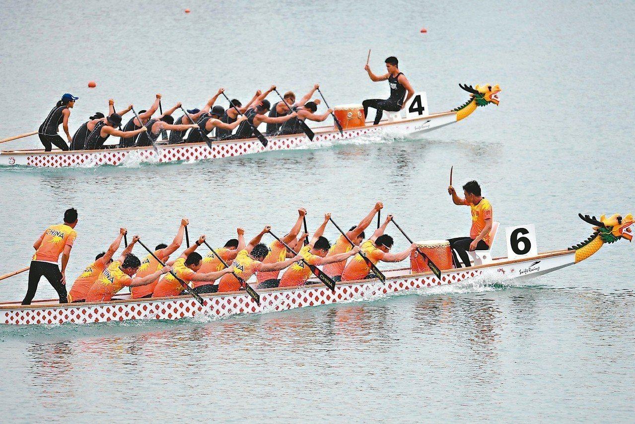 中華亞運輕艇龍舟隊(上)昨天在五○○公尺決賽擊敗大陸隊(下),贏得金牌。 (法新...