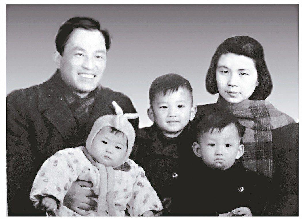家住長樂路時期最快樂的、也是唯一的全家合影。1954年冬。