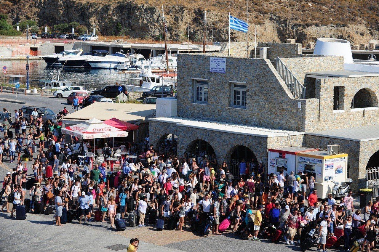 8至9月是希臘旅遊旺季,世界各地遊客雲集聖托里尼等島嶼休閑度假。圖/中新社