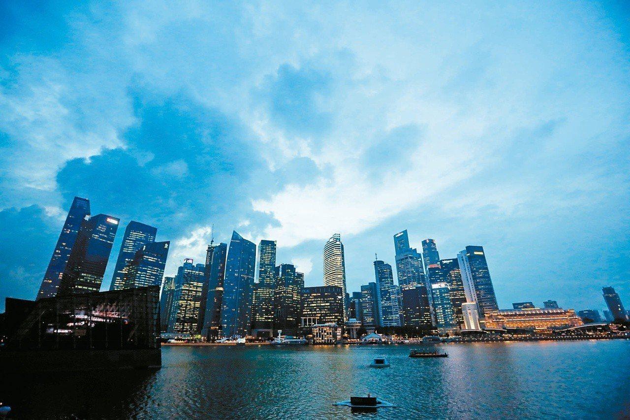 新加坡濱海灣金沙酒店的天空雲層密布。圖/歐新社