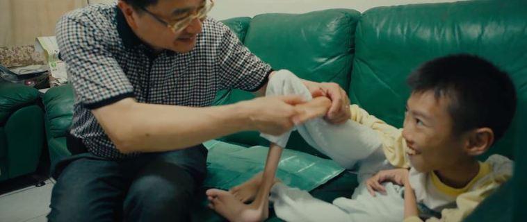 台灣脊髓肌肉萎縮症病友協會理事長鐘育志(左)的探訪,讓順龍(右)一家人感受到協會...