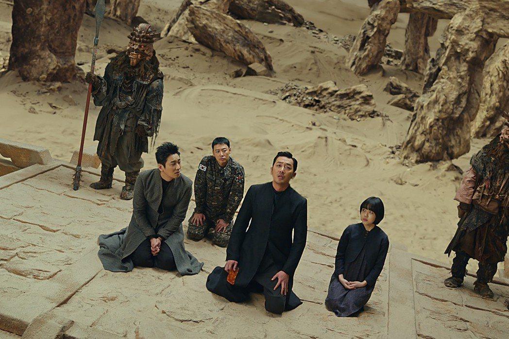 《與神同行》應可歸類在韓國常見的法庭類影劇,只不過故事背景設定在陰間。 圖/采昌國際提供