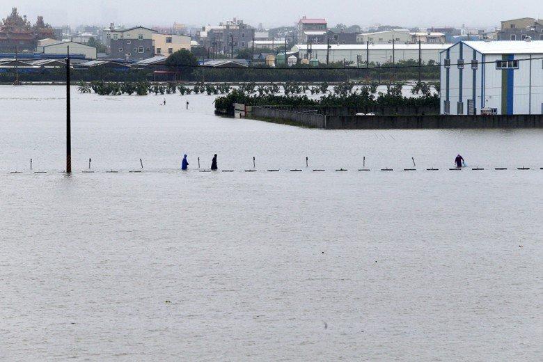 823水災導致台南市麻豆區積水不退。 圖/聯合報系資料照