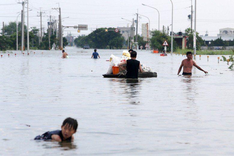 2018年,823水災導致東石鄉西崙村栗子崙與布袋鎮過溝,水淹3天都沒消退。 圖...