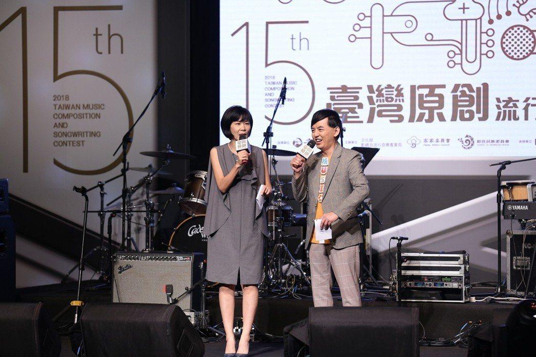 黃子佼(右)、阿娟6度擔任原創流行音樂大賽的主持人。圖/新視紀整合行銷提供