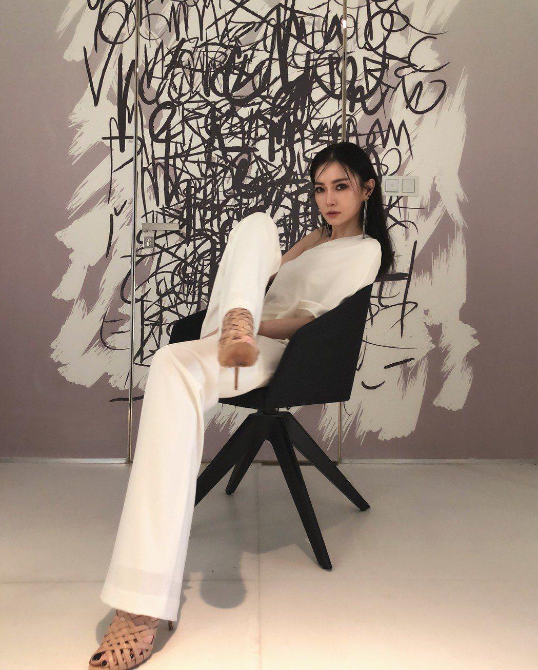 謝金燕穿著白色褲裝出席新加坡纖體品牌代言記者會。圖/摘自IG