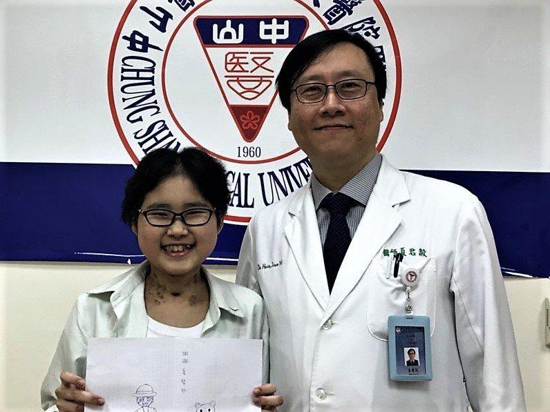 台中市14歲女孩宜婷(左)接受醫師夏君毅為她進行雙肺移植,終於獲得重生。圖/中山...