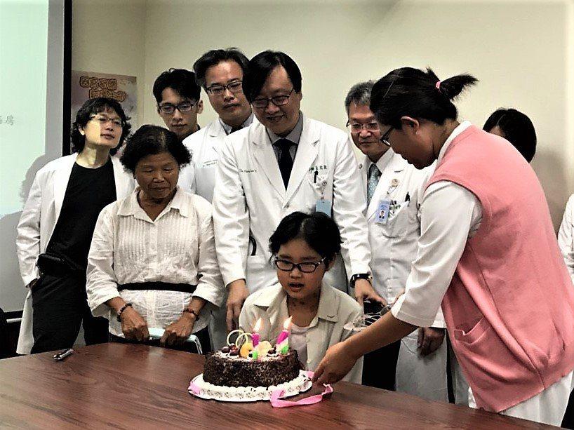 台中市14歲女孩宜婷接受雙肺移植獲得重生,醫護人員為她慶生。圖/中山醫學大學附設...