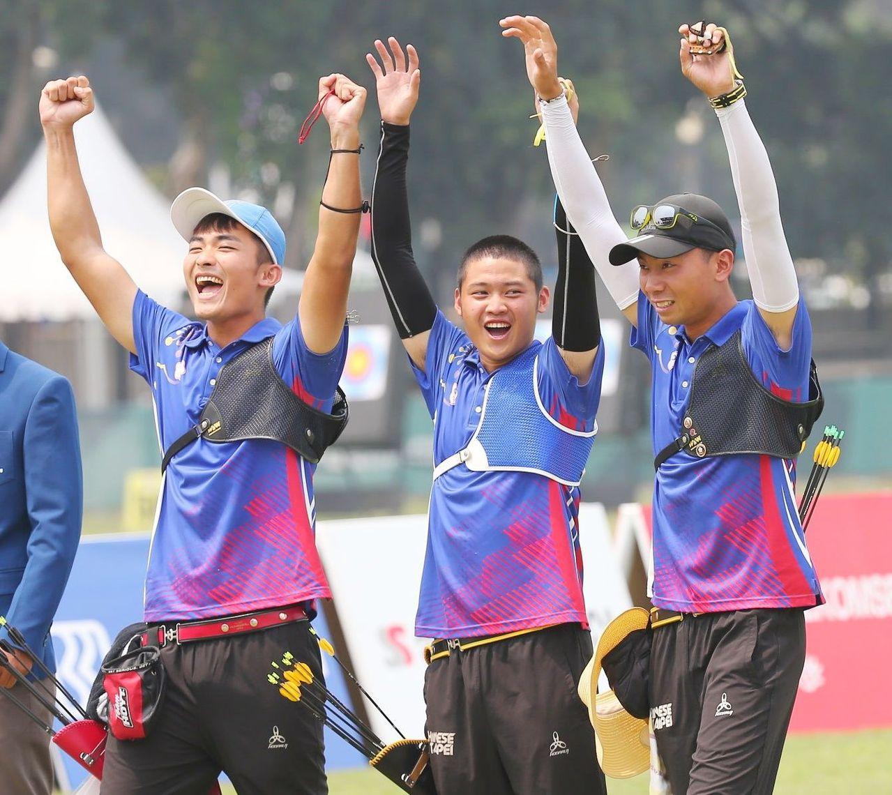 中華男子反曲弓射箭隊首度摘金,全隊振臂歡呼。特派記者陳正興/雅加達攝影