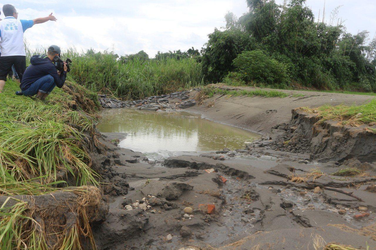 流經斗南鎮的石牛溪位於曾文雄農地附近,因日前大雨造成溪水倒灌,農田與砂土都被沖毀...