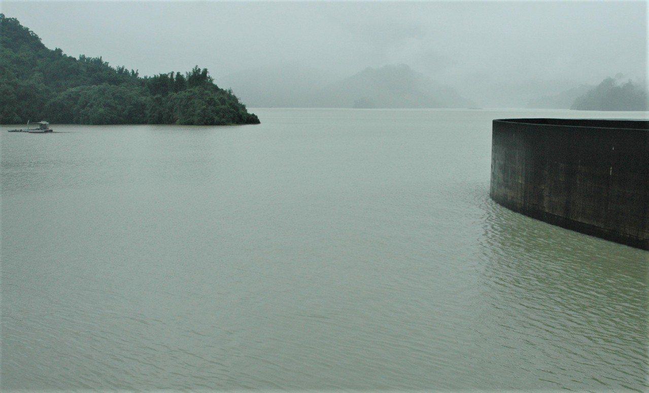曾文水庫接近滿水位,因應豪雨來襲再進行預防性洩水。記者吳淑玲/攝影