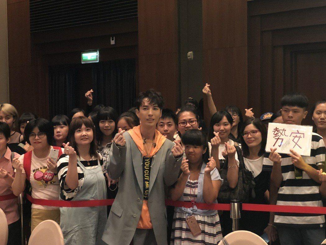 陳勢安(前)邀請歌迷參加發片記者會。記者林士傑/攝影