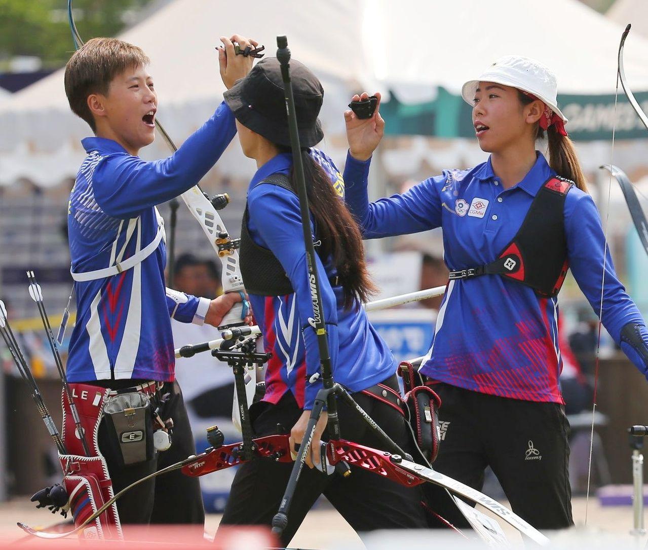 中華反曲弓女子隊互相打氣。特派記者陳正興/雅加達攝影