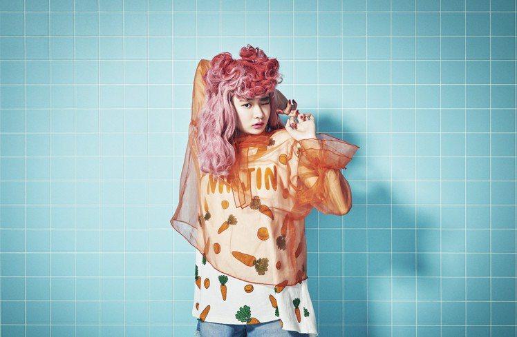 日本人氣諧星渡邊直美親為個人服裝品牌Punyus拍攝型錄。圖/品牌提供