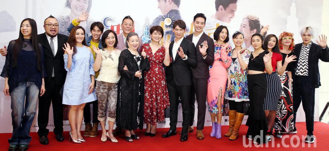 「雙城故事」導演葉天倫(左二) 率領演員出席媒體首映會。記者侯永全/攝影