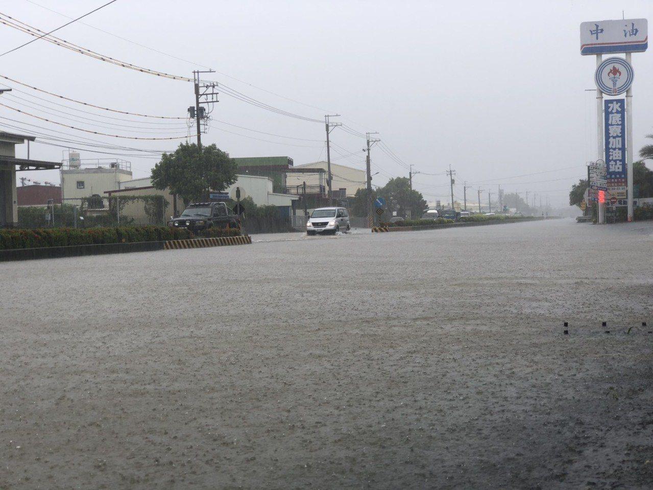 枋寮鄉今日累積降雨量達200毫米,台一線水底寮加油站路段也嚴重積水影響通行。圖/...