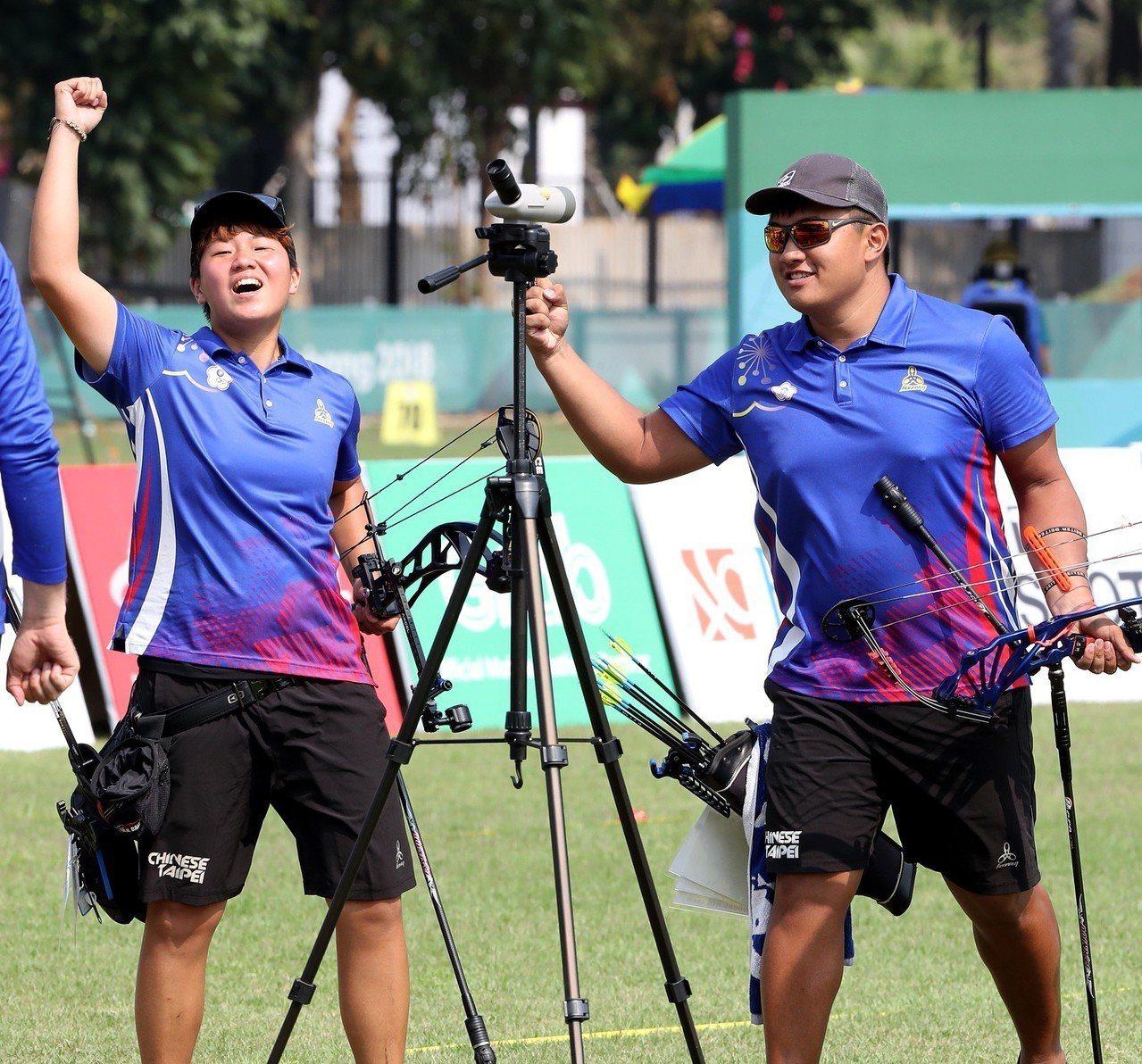 我國射箭好手陳怡瑄(左)與潘宇平(右)在雅加達亞運複合弓混雙金牌戰以1分之戰擊敗...