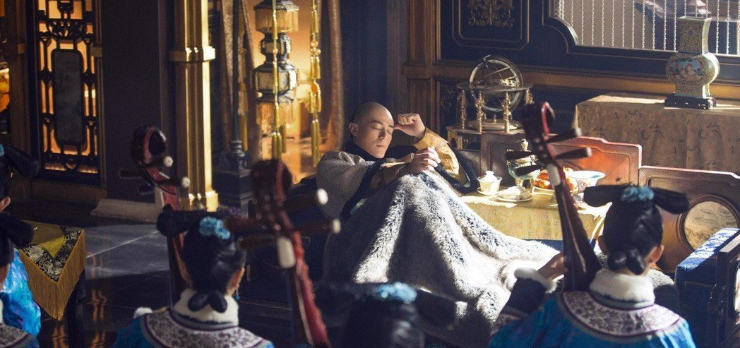 霍建華劇中聽個琵琶曲就收了新人進後宮。圖/愛奇藝台灣站提供