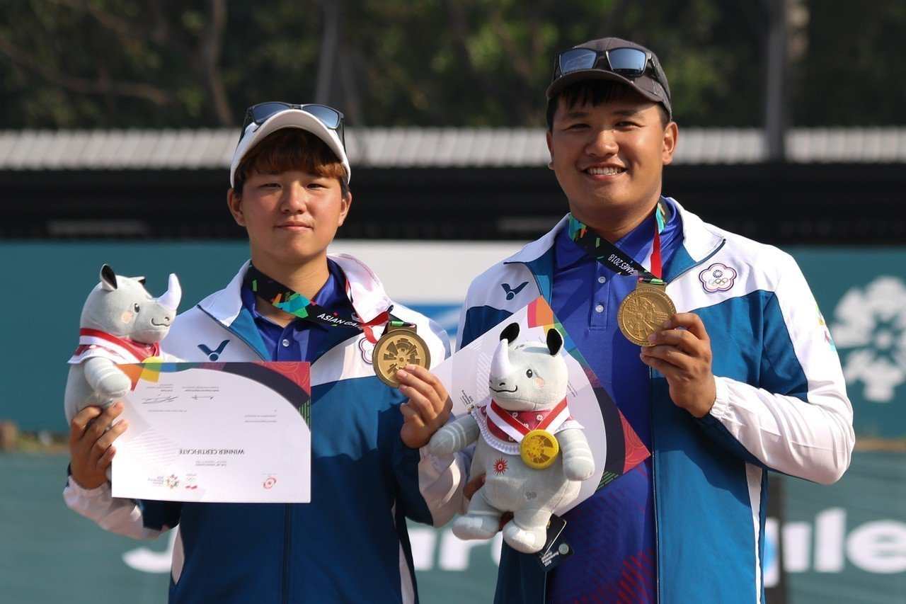 複合弓混雙選手陳怡瑄(左)、潘宇平開心奪金。台體實習記者藍妍琦/雅加達攝影