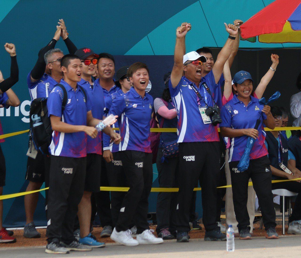 複合弓混雙以一分險勝,中華隊全隊為奪金歡呼。台體實習記者藍妍琦/雅加達攝影