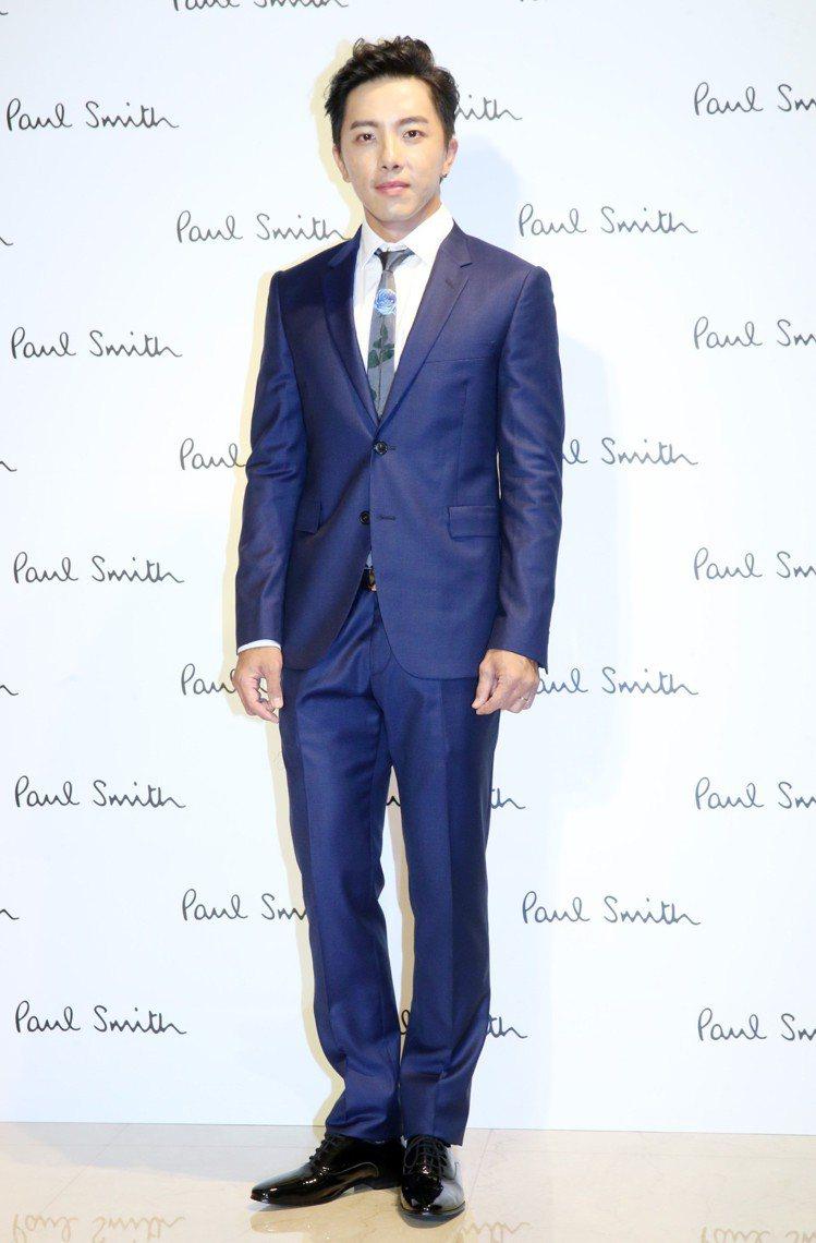 坤達穿Paul Smith深藍色西裝外套37,800元,深藍色西裝長褲15,30...