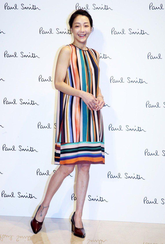 謝欣穎穿Paul Smith彩色條紋洋裝,24,300元。記者胡經周/攝影