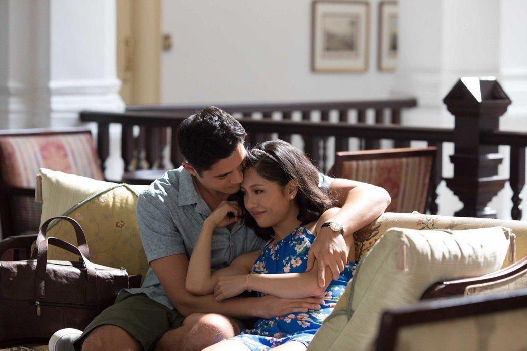 吳恬敏(右)、亨利高汀(左)在「瘋狂亞洲富豪」飾演一對情侶。圖/華納兄弟提供