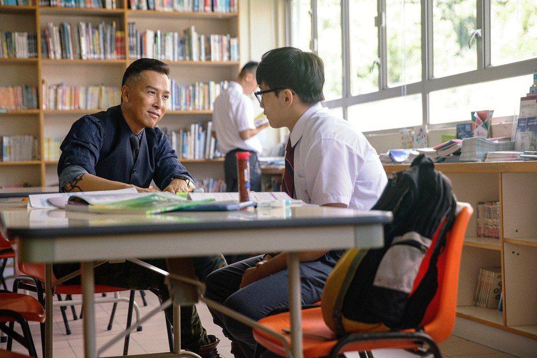 甄子丹(左)在新片「大師兄」中化身地表最強教師,全台票房熱賣,已破1300萬。圖
