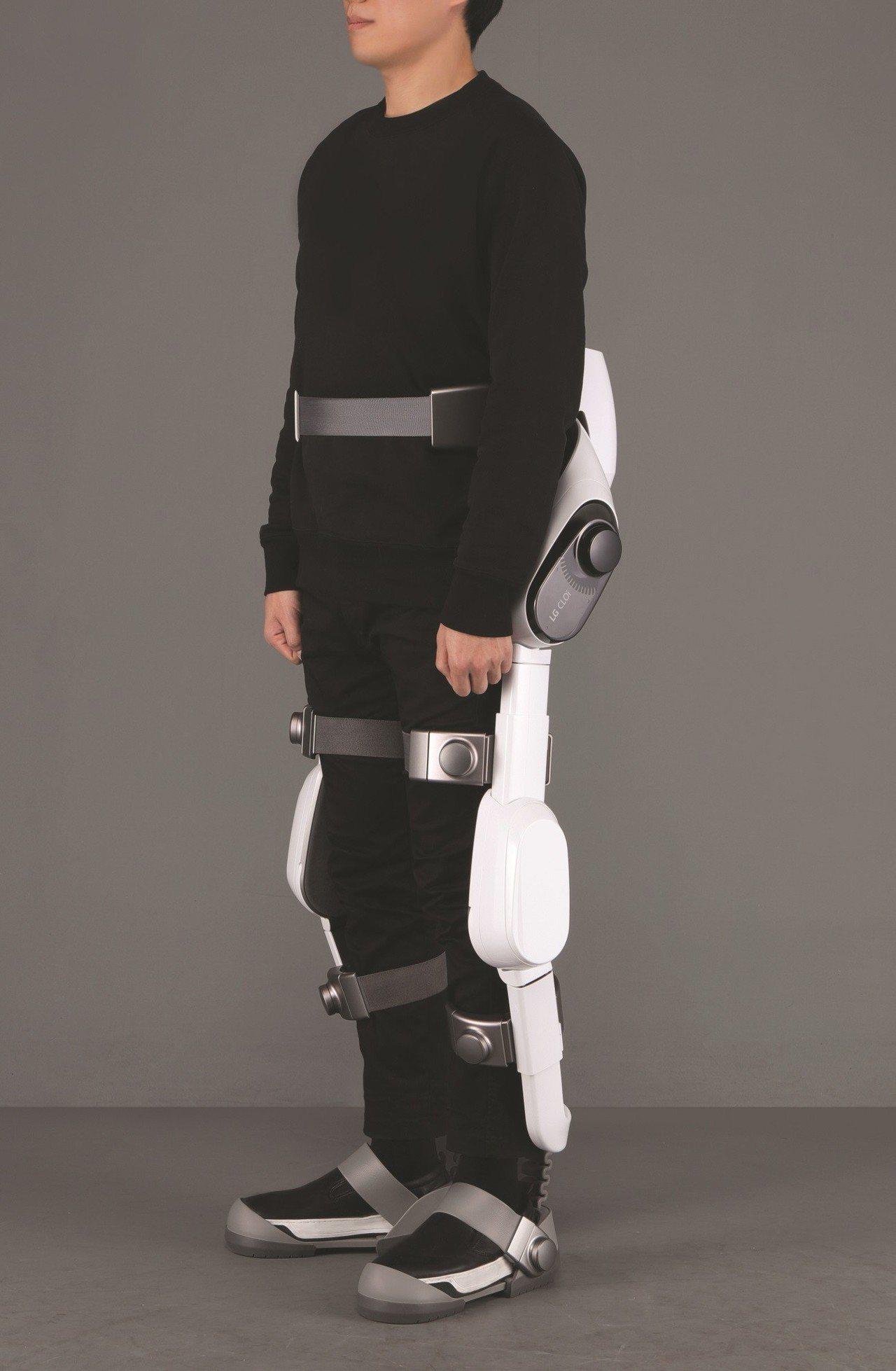 CLOi SuitBot涼鞋式設計與自動調整功能可供穿戴者輕鬆穿脫。圖/LG提供