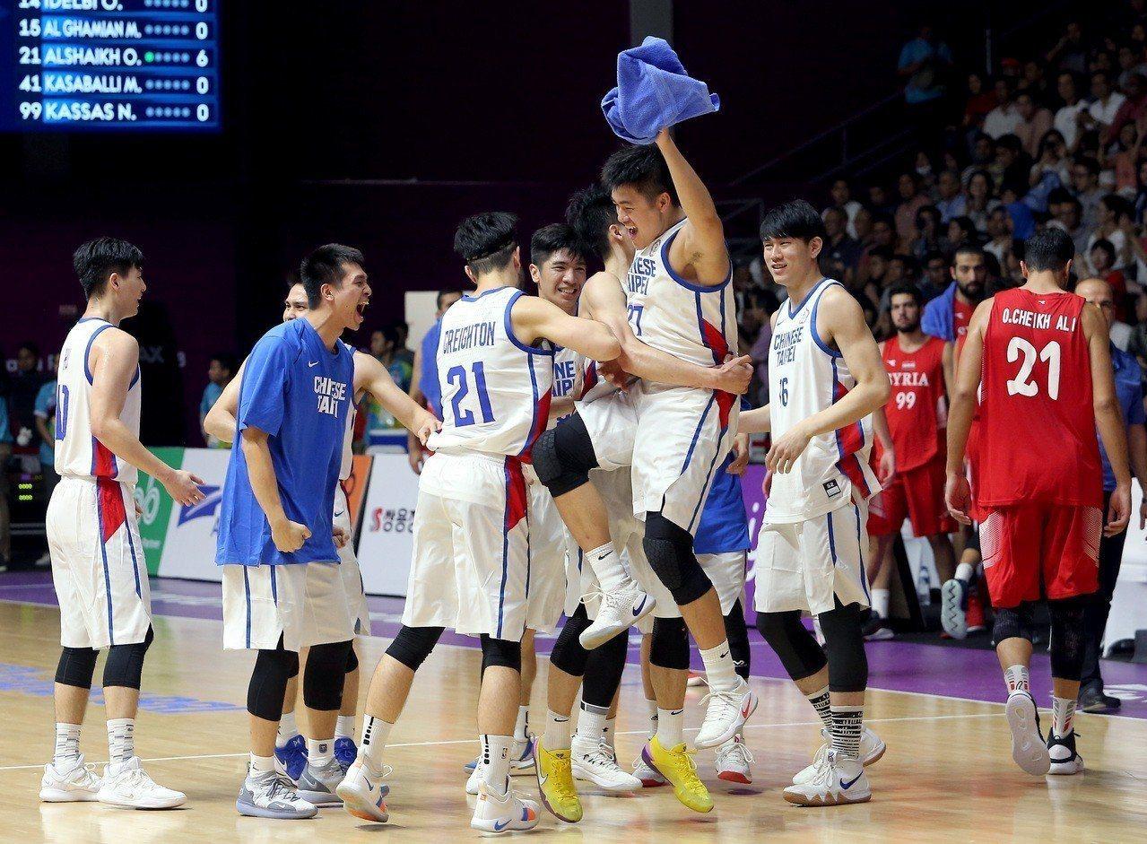 中華男籃在雅加達亞運八強賽以82比75擊敗敘利亞隊,自1990年重返亞運後首次闖...