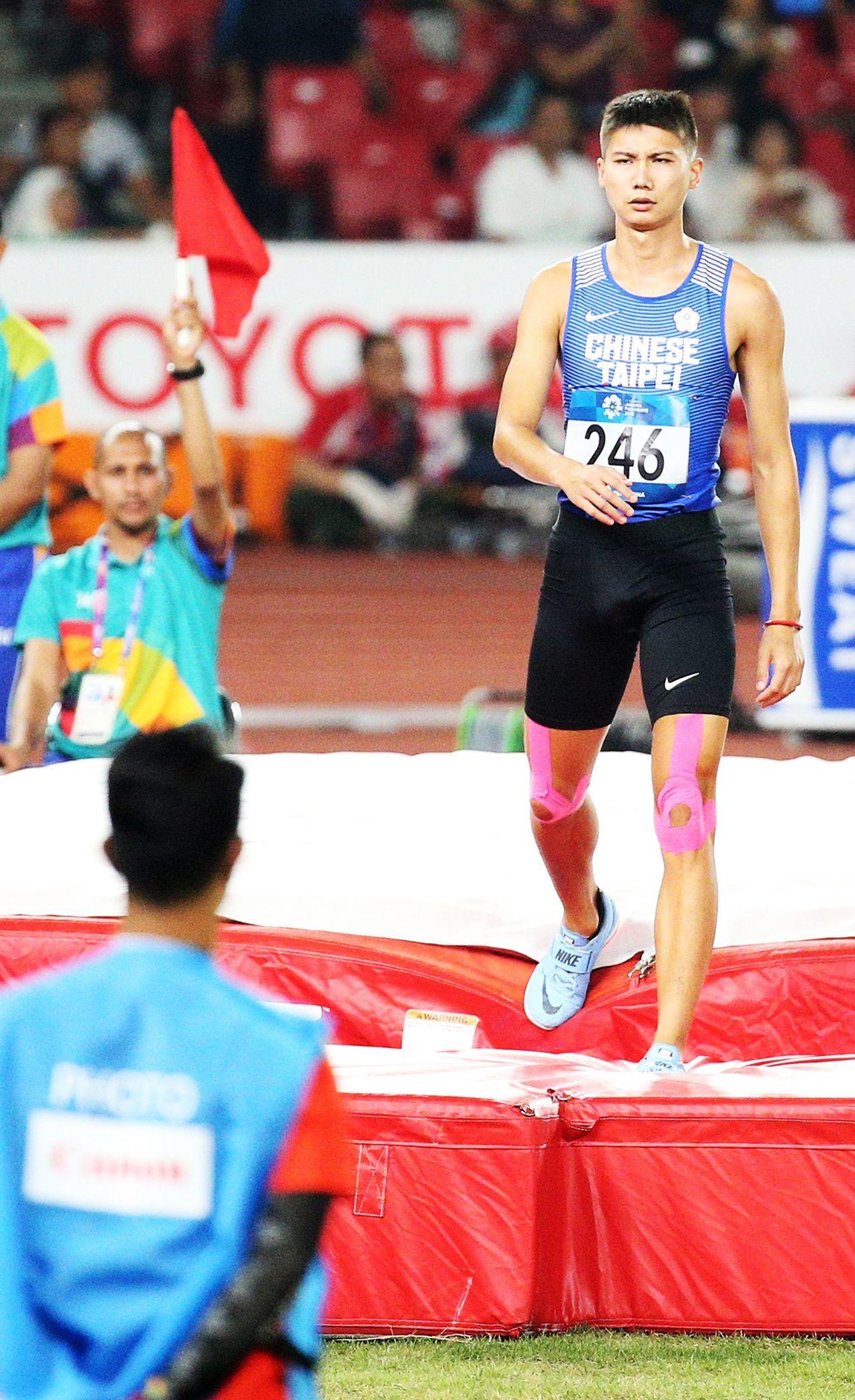 雅加達亞運,「跳高王子」向俊賢三次試跳未過2公尺15,在決賽出局。特派記者陳正興...
