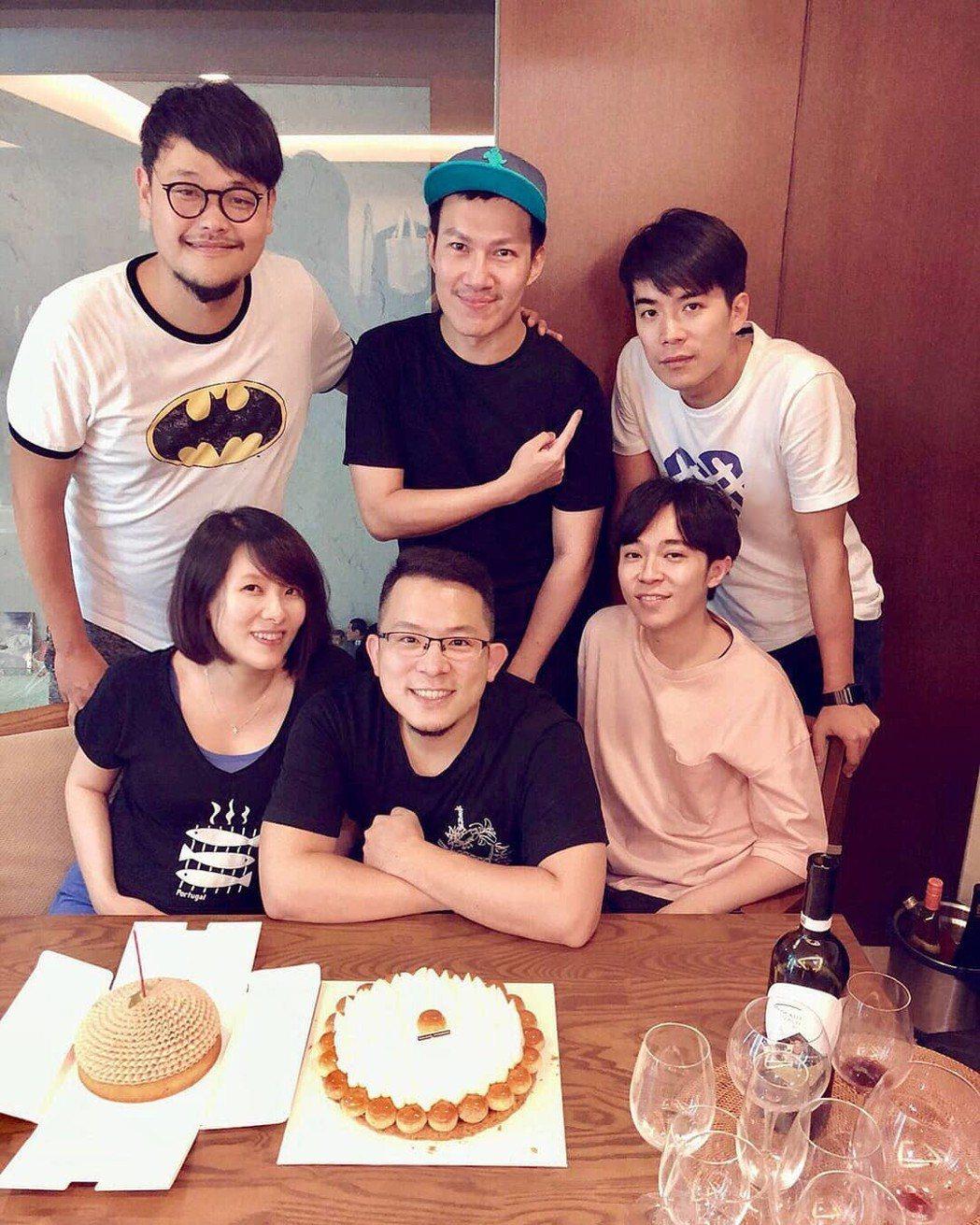 蘇打綠成員阿福(左上順時針起)、阿龔、家凱、青峰、小威、馨儀舉辦家族聚會。圖/摘...