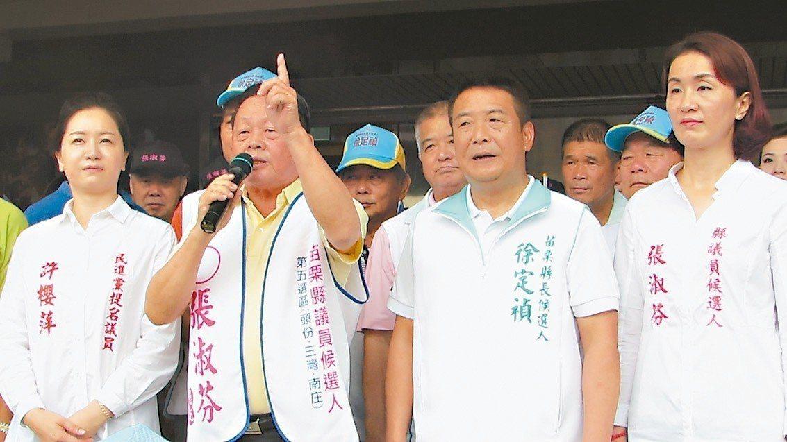 劉政鴻(左二)特地陪同張淑芬(右一)登記參選縣議員,「巧遇」徐定禎(右二)登記。...