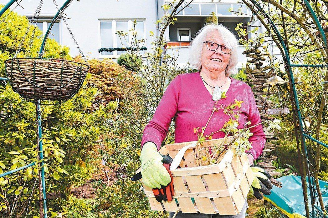 葛恰克(Gottschalk)一個人住在紐茵森的多代社區,平日的嗜好是整理廣大的...