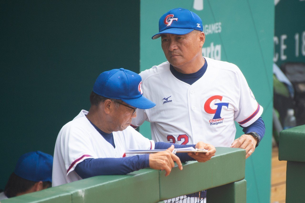中華隊總教練許順益(右)成功放出煙霧彈,讓南韓教頭宣銅烈做出錯誤判斷。 特派記者...