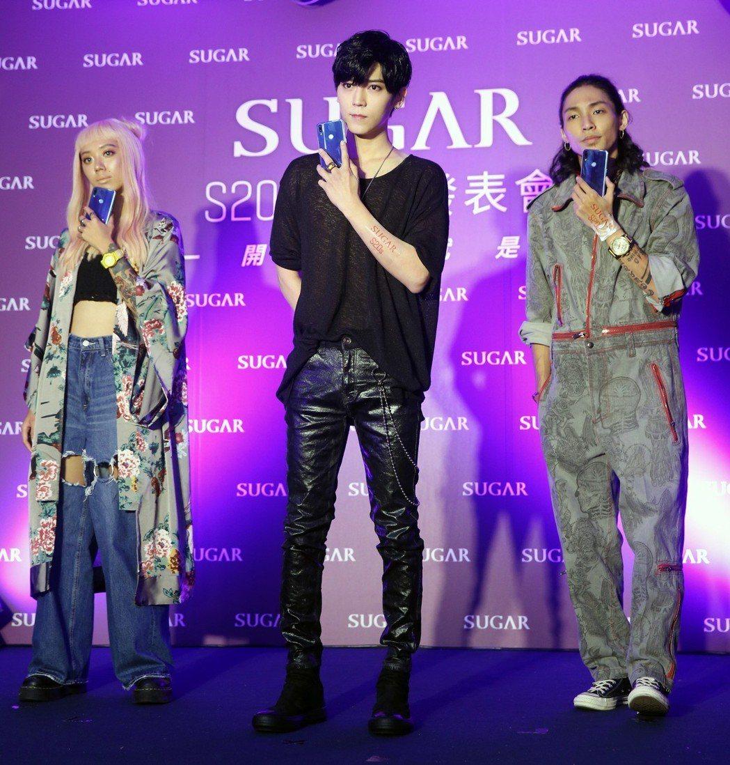 畢書盡(中)出席sugar新手機發表會,和粉絲玩自拍。記者邱德祥/攝影