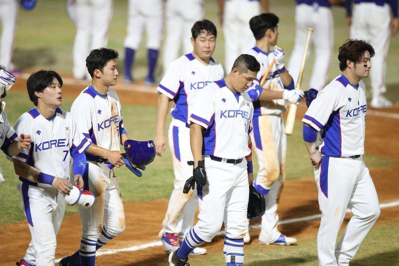 南韓棒球隊雖然擊敗香港,但有3名球員腹瀉、發高燒,造成團隊戰力受損,真是屋漏偏逢...