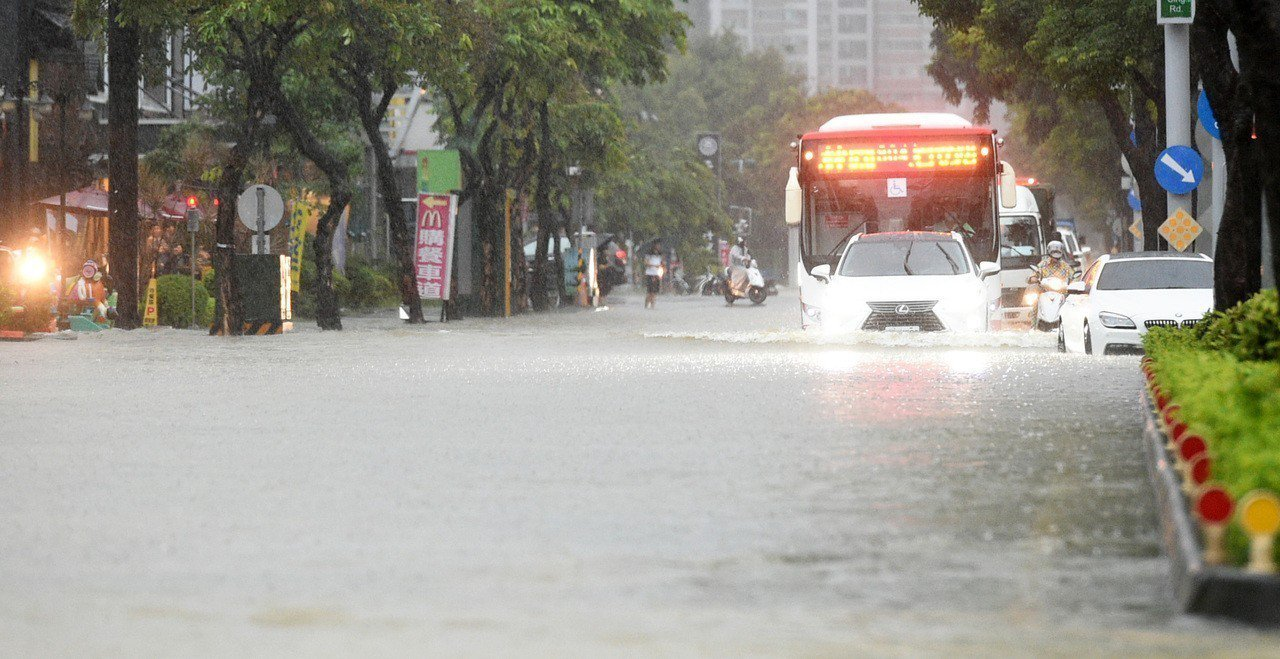 高雄昨天凌晨遭到暴雨狂炸,市府清晨緊急宣布停班停課;圖為澄清路多處巷弄淹水及膝。...