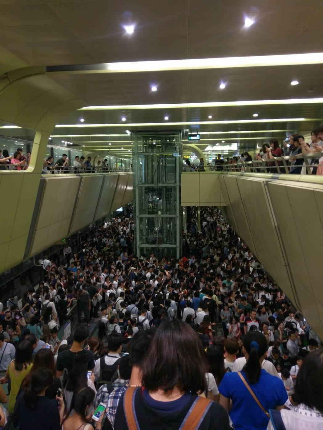 上個月瑪莉亞颱風來襲,北北基當天下午4時停班停課,台北捷運擠滿民眾,有人戲稱「4...