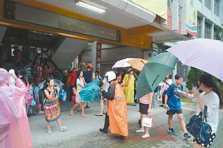 2016年莫蘭蒂颱風襲台,時任台南市長賴清德宣布「放半天」,家長中午冒風雨接孩子...