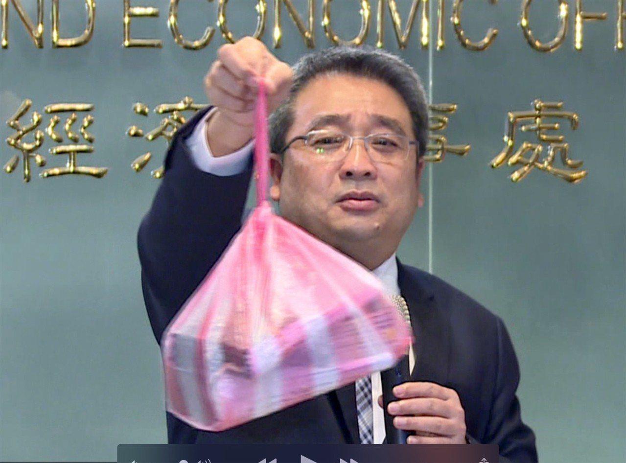 泰國簽證費漲價,泰國貿易經濟辦事處代表通才拿出一個裝滿護照的塑膠袋說,目前業者送...