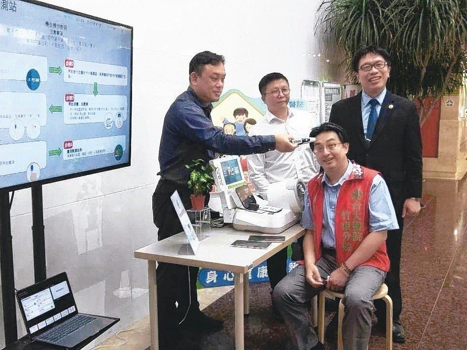 台大醫院竹東分院詹院長親自體驗遠距視訊醫療便利站的便捷服務。 蓋德科技/提供