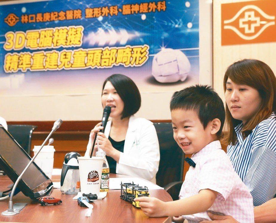 林口長庚醫院醫師盧亭辰(左)說明3D電腦模擬技術,精準重建兒童因「顱縫早閉」造成...