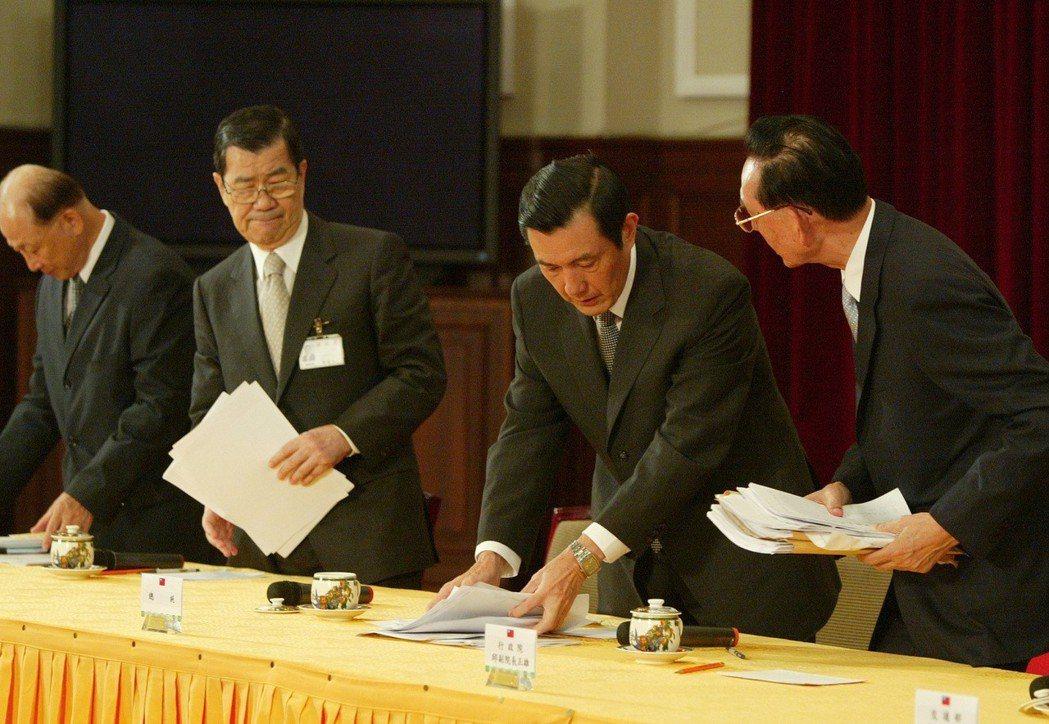 2009年八八水災,副總統蕭萬長(左二)與馬英九總統(右二)在總統府舉行災後記者...