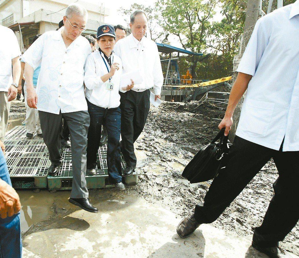 八八風災時,吳敦義帶著官員到屏東縣視災,但都是穿著皮鞋。 本報資料照片/記者劉學...