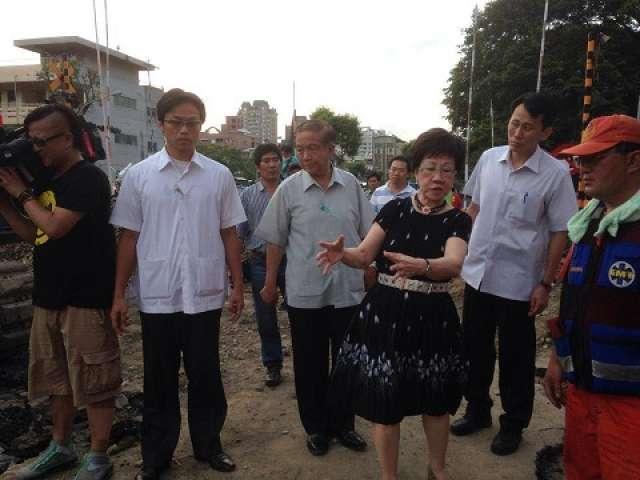 2014年,前副總統呂秀蓮前往高雄市氣爆現場勘災,被網友質疑穿著不當。 圖/取...