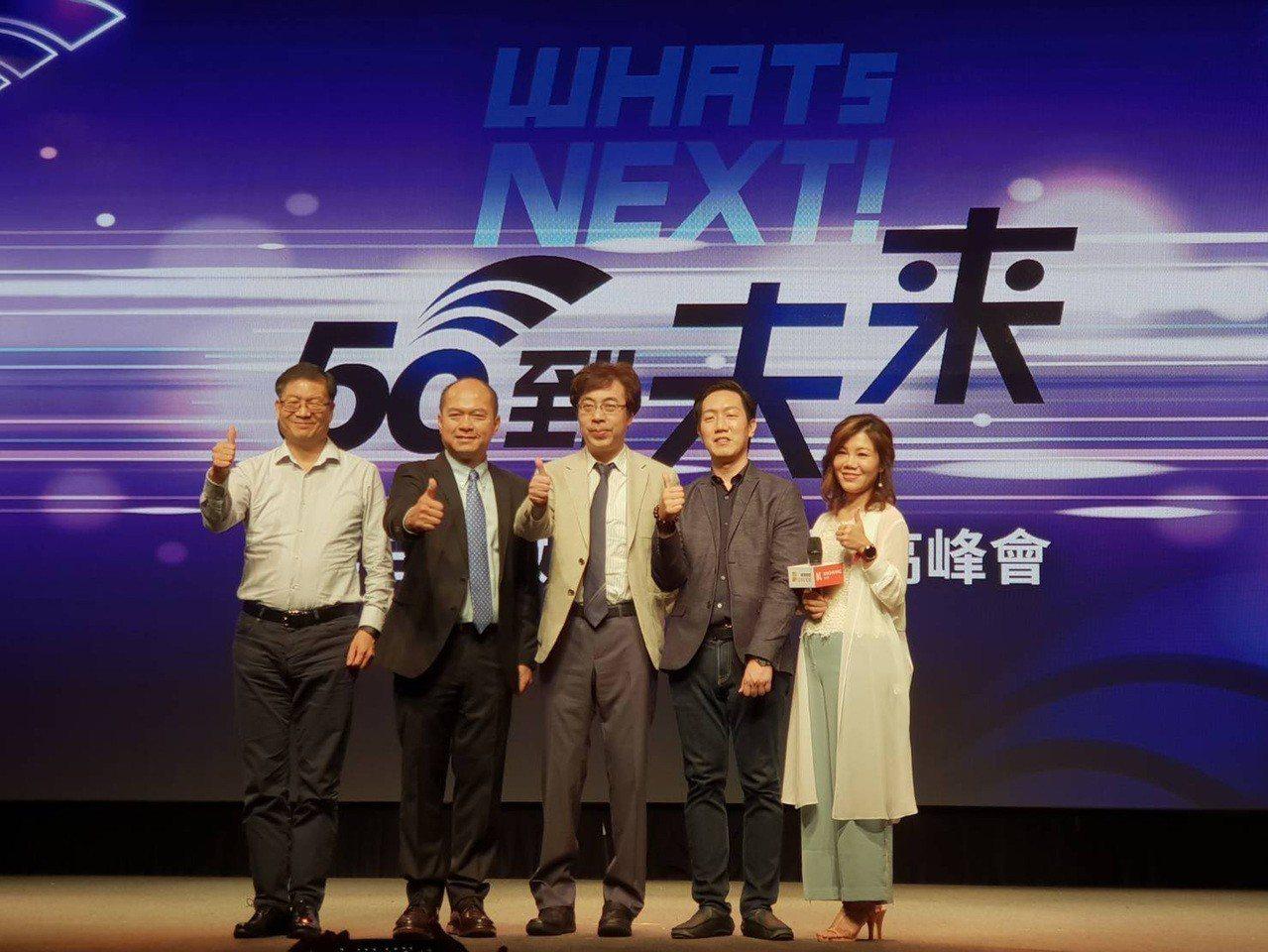 華碩執行長沈振來(左一)28日表示,預估5G在2年左右成熟,看好台灣手機、PC及...