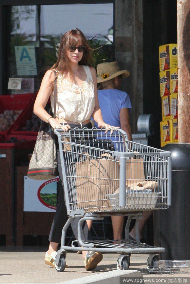 達珂塔強森上超市,以Gucci的鞋和包作為穿搭配件。圖/達志影像